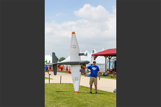 Ali Machinchy standing up his plane on the right wing at RC Fest 2019.